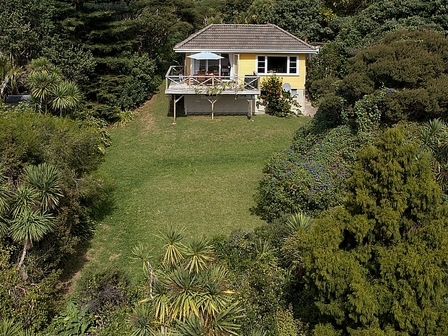 Surfer's Sunshine Cottage, Seaview Road, Piha  (Bachcare)