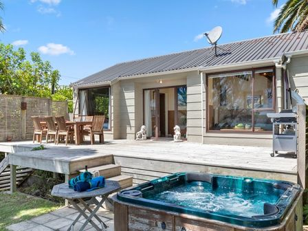 Waterfront Estuary Escape, Nihinihi Avenue, Raglan (Bachcare)