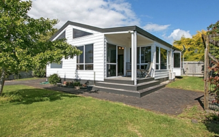 Home by the Beach, Patterson Place, Waihi Beach (Bachcare)