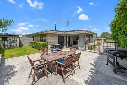 Bach Relax, Lee Street, Mt Maunganui, Tauranga (Bachcare) From $190.00 per night